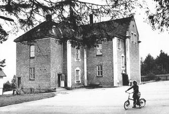 Gamleskolen fra 1800 tallet var skole nr 2 nyskolen ble bygd 1914